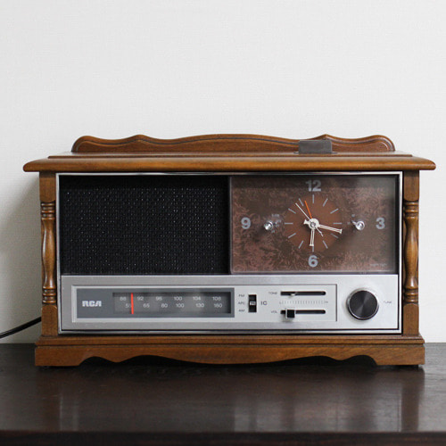 vintage RCA wood clock radio